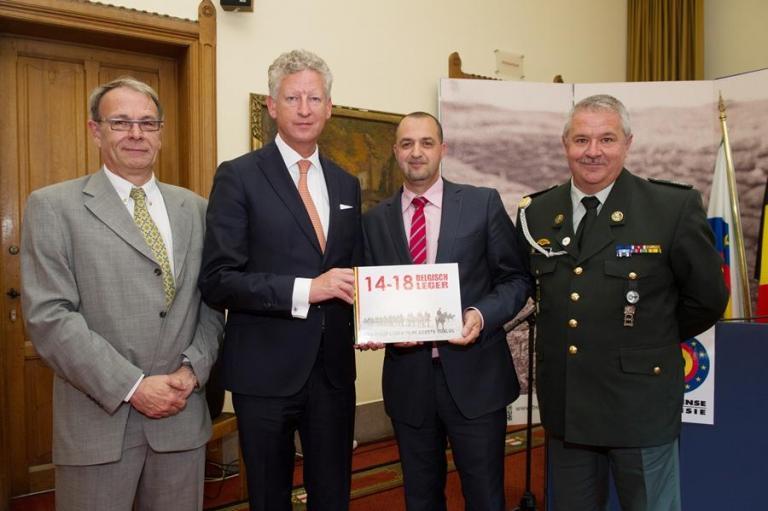 L'équipe du livre avec le ministre (de gauche à droite: le major Rob Troubleyn, le premier sergent-chef Malek Azoug et l'adjudant Patrick Brion).